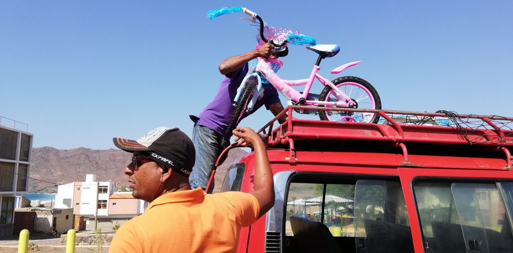 Aluguer transportiert auch Weihnachtsgeschenke wie das pinke Einhornrädchen